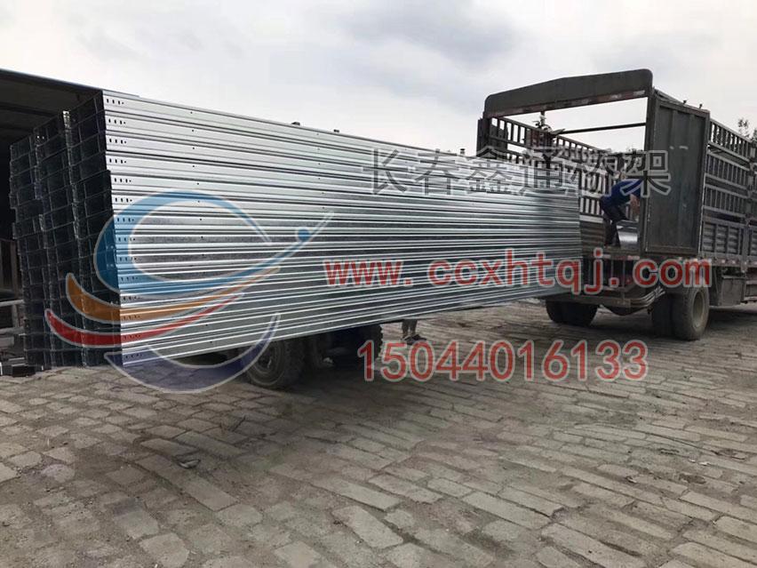 2018年7月17日6米段镀锌大跨距桥架装车实景